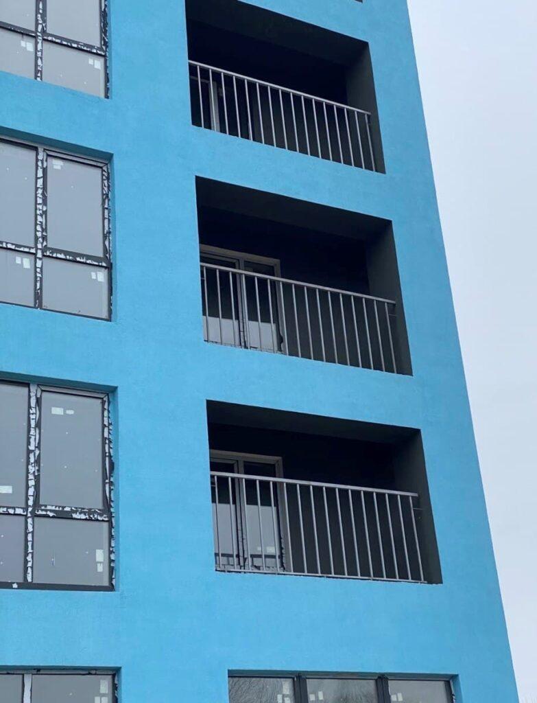 """Дом """"Власна № 2"""": выполняется монтаж балконных ограждений"""